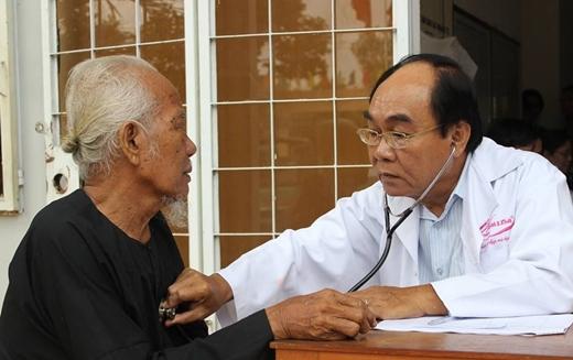 PGS.TS Nguyễn Đỗ Nguyên đang thăm khám cho bà con xã Long An, thị xã Tân Châu, An Giang.