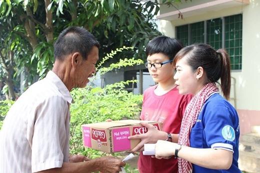 Tư vấn sức khỏe và tặng nhu yếu phẩm cho bà con khó khăn, gia đình chính sách.