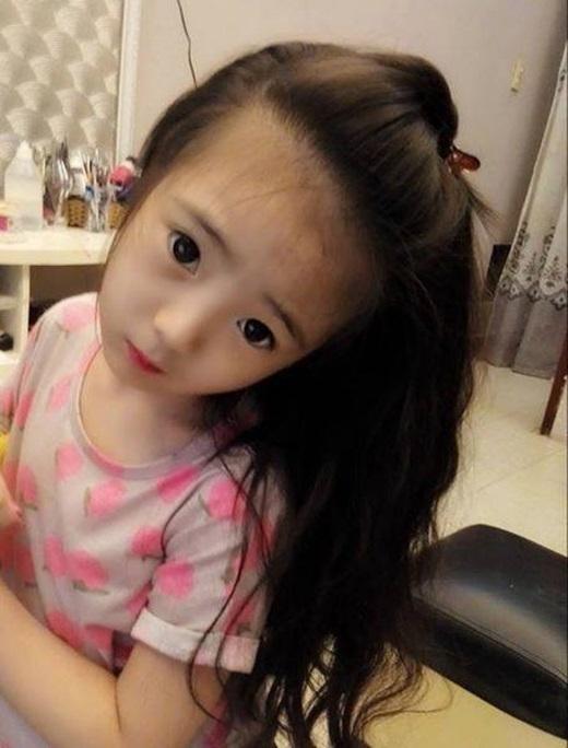 Thiên thần 5 tuổi với mái tóc dài và gương mặt đáng yêu.