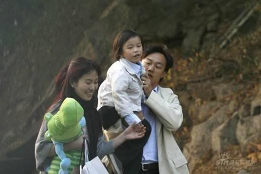Ông trùm có cuộc sống hạnh phúc cùng cô vợ xinh đẹp (Diệp Tuyền) và đứa con trai kháu khỉnh.