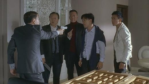 Tên phản đồ trở mặt đe dọa Hoắc Thanh Tùng nhưng với sự khôn ngoan của mình, ông trùm buôn lậu dễ dàng xoay ngược tình thế và hạ gục tên phản bội đó.
