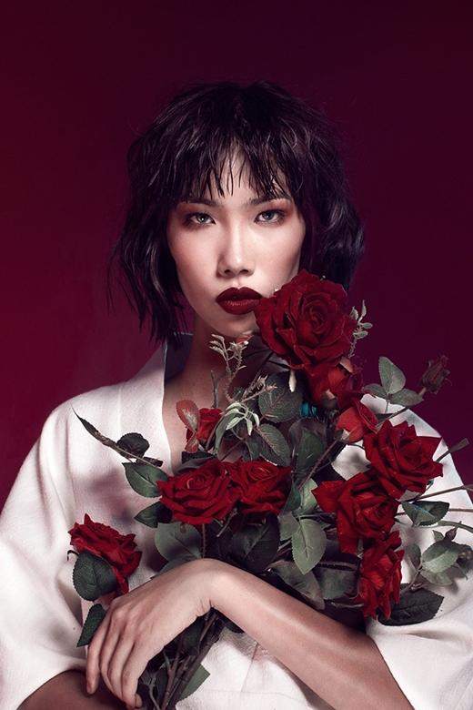 Gương mặt góc cạnh cùng đôi mắt sâu thẳm, tràn đầy xúc cảm của Kim Phương được xem là điểm mạnh phù hợp với tính chất của thời trang cao cấp.