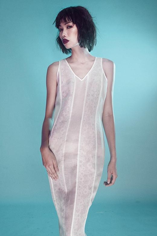 Thiết kế váy ôm trên nền chất liệu mỏng vừa thể hiện nét quyến rũ vừa mang đến sự gợi cảm.
