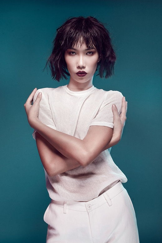 Âm hưởng của thời trang hiện đại được tái hiện chân thực qua chiếc áo phông mỏng phối cùng quần âu ống suông hợp mốt.