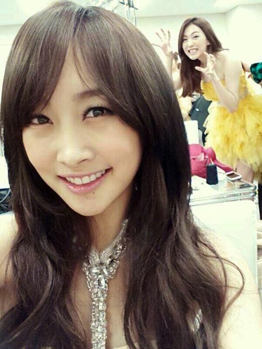 """Trong khi cô chị Nicole đang xinh đẹp """"tự sướng"""" thì em út tinh ngịch, Jiyoungđã phá đám một cách cực đáng yêu."""