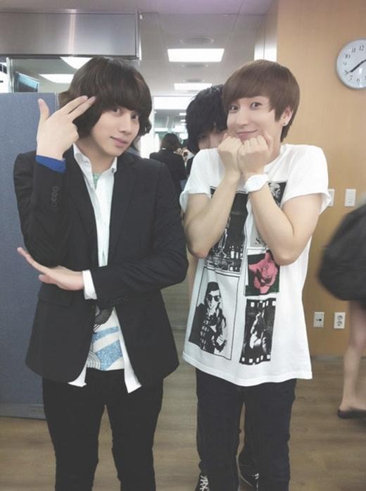"""""""Ăn theo"""" gương mặt của Heechul và Leeteuk, """"kẻ giấu mặt"""" Yesung phía sau lưng họ cũng đáng yêu không kém dù chỉ để lộ hai mắt."""