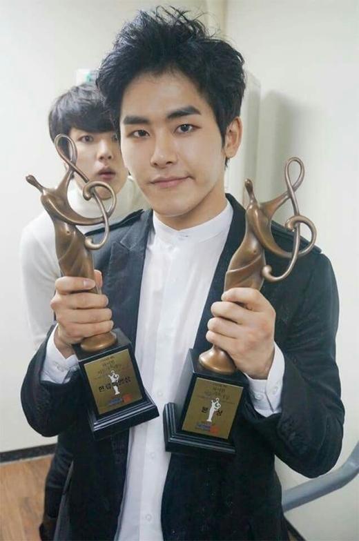 Trong lúc Hoya (Infinite) phấn khích khoe giải thưởng vừa đạt được thì bị Sungyeol phía sau phá đám.