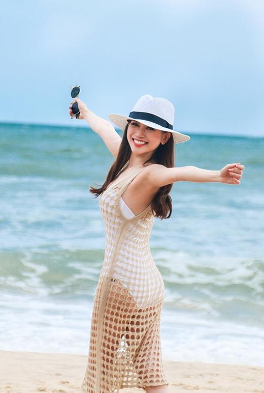 Nụ cười tươi cũng là một điểm cộng thu hút trên gương mặt của cô diễn viên/ca sĩ đa tài này.