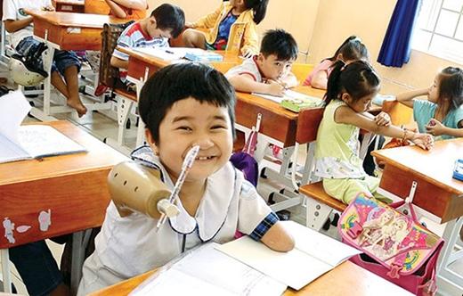 Năm nay vào lớp 2, Hoài Thương mướt mồ hôi tập viết với cánh tay giả. Nhưng không sao, được đi học là niềm vui của cô bé.