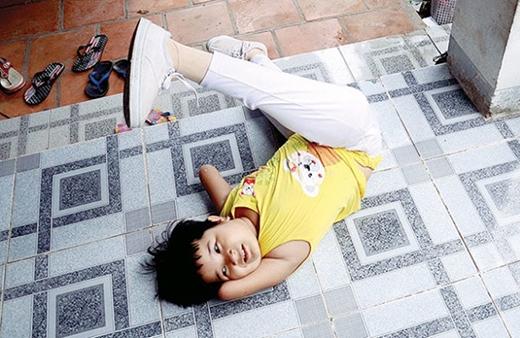 Đôi chân giả để tập đi trở thành trò giải trí của Thương giữa những giờ tập luyện vất vả.