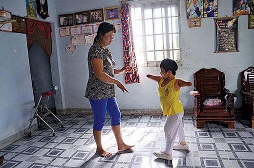 Tập đi với đôi chân giả rất đau đớn, nhưng Thương chịu đựng được tất cả. Ngày nào cô bé cũng phải tập luyện.