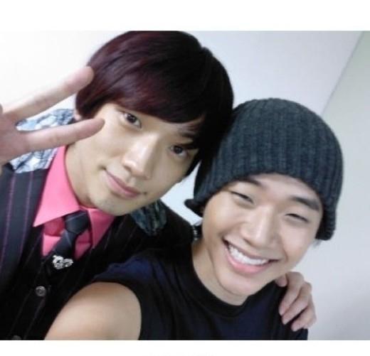 """Khi mới ra mắt,Junho (2PM)luôn tự hào về nét đẹp đáng yêu hao hao Rain và biệt danh """"tiểu Rain"""" gắn với tên tuổi của anh từ đó."""