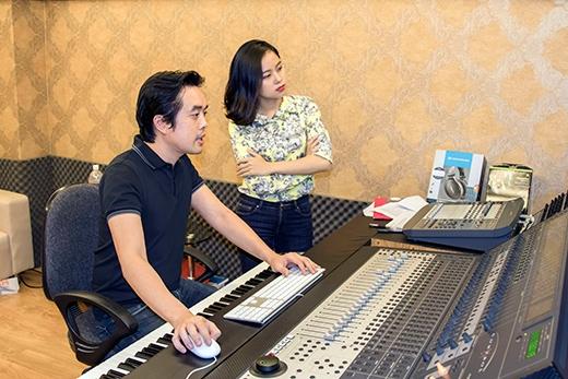 Dù khá bận rộn với The Voice Kids nhưng nhạc sĩ Dương Khắc Linh vẫn đảm nhận giám đốc âm nhạc cho chương trình. - Tin sao Viet - Tin tuc sao Viet - Scandal sao Viet - Tin tuc cua Sao - Tin cua Sao
