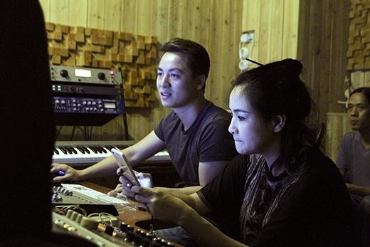 Đăng Khôi ngồi bấm máy thu âm cho Thanh Lam. - Tin sao Viet - Tin tuc sao Viet - Scandal sao Viet - Tin tuc cua Sao - Tin cua Sao