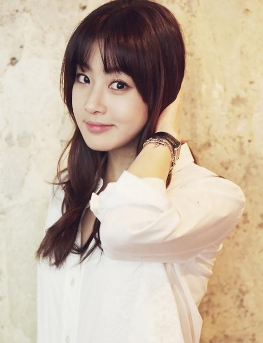 Không chỉ bị chê già hơn tuổi, Kang Sora còn nhiều lần nhận về những chỉ trích cho cân nặng của mình. Sau quá trình giảm cân thành công, nữ diễn viên sinh năm 90 giờ đây trông trẻ trung hẳn ra.