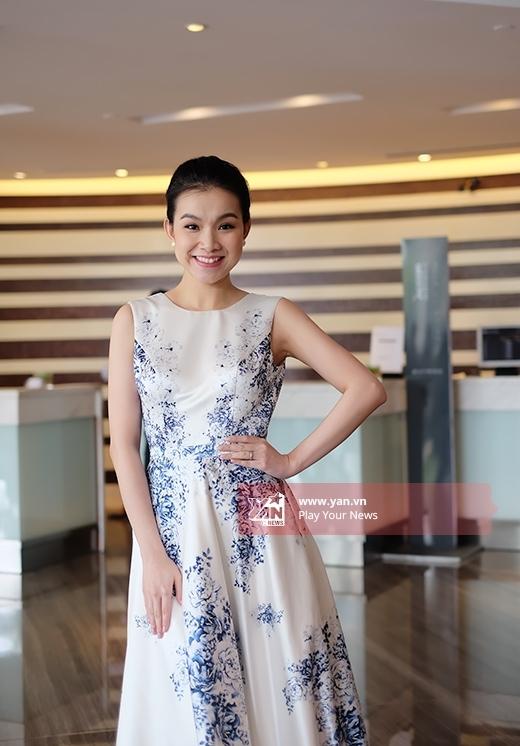 Cùng tham dự buổi họp báo với Huyền My, Hoa hậu Hoàn vũ Việt Nam 2008 Thùy Lâm cũng không kém cạnh khi chọn diện chiếc váy phom cổ điển có họa tiết gốm sứ của Lê Thanh Hòa.