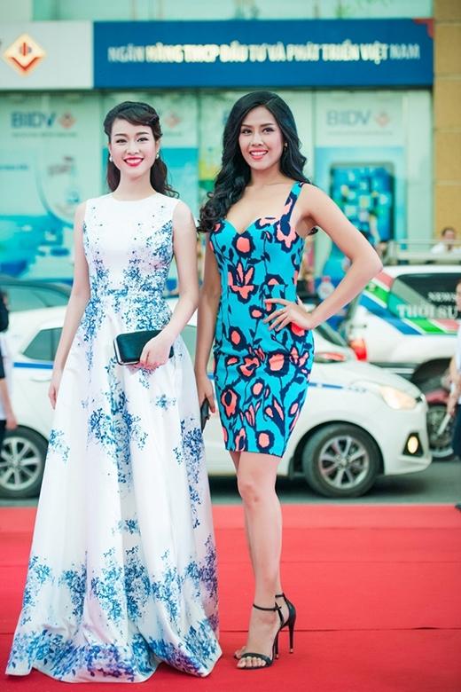 Người đẹp Trương Tùng Lan cũng không hề kém cạnh Thùy Lâm khi diện bộ váy này. Thay vào kiểu tóc búi gọn của Thùy Lâm, Trương Tùng Lan lại khá cầu kì với phần tạo nếp, xoắn mái tỉ mỉ.