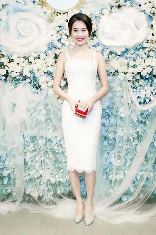 Nếu như hoa hậu Hương Giang khoe khéo những đường cong gợi cảm thì hoa hậu Đặng Thu Thảo lại trông khá mảnh mai, thanh thoát khi cùng diện mẫu thiết kế cocktail hai dây tông trắng được thực hiện trên nền chất liệu ren.
