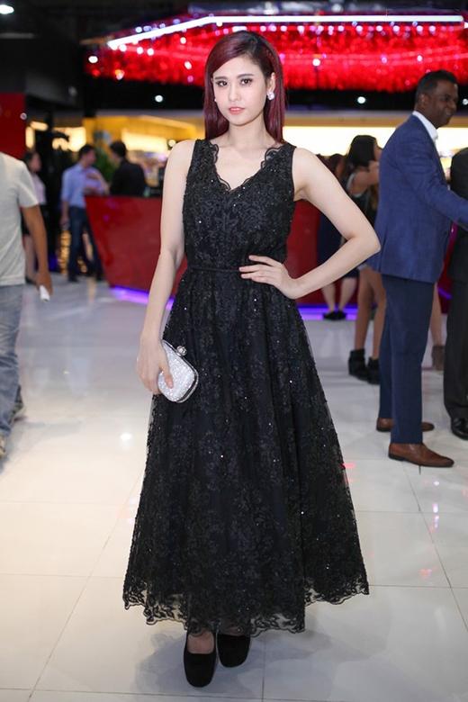Bộ ba Đặng Thu Thảo, Jennifer Phạm và Trương Quỳnh Anh cùng thể hiện gu thời trang tinh tế trong chiếc váy ren xòe điệu đà, cổ điển.