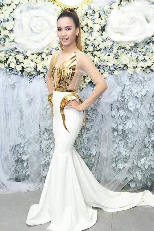 Trương Quỳnh Anh, Duyên Anh Idol, Ái Phương với ba màu sắc thời trang khác nhau trong cùng một thiết kế.
