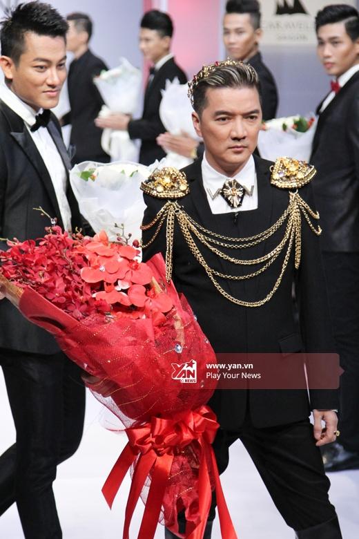 Thiết kế mang đậm màu sắc của phong cách hoàng gia bởi những phụ kiện bằng vàng đi kèm một cách tinh tế, sắc sảo.