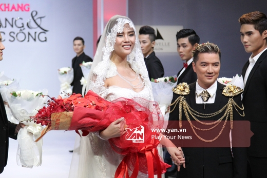 Anh thực hiện màn đeo nhẫn choÁ hậu Hoàn vũ Việt Nam 2008-Võ Hoàng Yếnnhư trong ngày hạnh phúc của những đôi uyên ương.