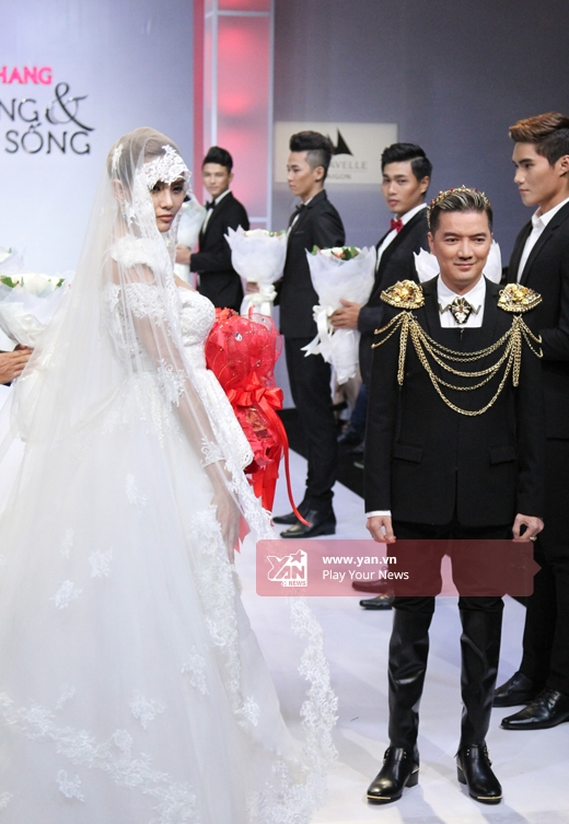 Hoàng Yếndiện thiết kế váy cưới cầu kì kết hợp khăn voan dài phủ kín đầu.