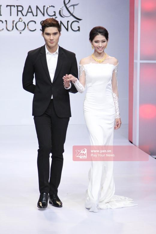 Cặp đôi Quang Hùng - Quỳnh Châu tình tứ trên sân khấu.