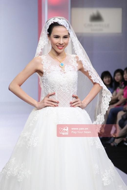 Hoa hậu Siêu quốc gia Việt Nam - Lệ Quyên mang đến một gợi ý tuyệt vời cho những cô dâu yêu thích vẻ điệu đà, cổ điển. Vào cuối tháng 11 tới đây, cô sẽ lên đường sang Ba Lan để tham dự Hoa hậu Siêu quốc gia 2015.