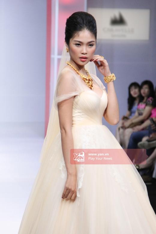 Những dáng váy xòe cổ điển luôn là lựa chọn yêu thích của các quý cô trong ngày trọng đại bởi vẻ đẹp đến từ sự gợi cảm tinh tế trong chừng mực.