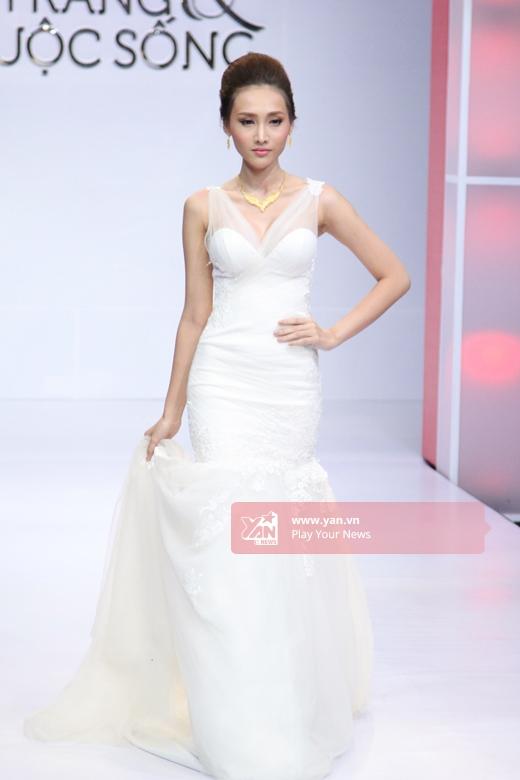 Dáng váy đuôi cá xòe truyền thống hay được phá cách bởi những họa tiết độc đáo cũng là những gợi ý mà quý cô không thể ngó lơ trong mùa cưới 2015.