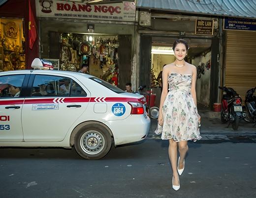 Á hậu Hoàng Anh đi taxi đến buổi triển lãm tranh. - Tin sao Viet - Tin tuc sao Viet - Scandal sao Viet - Tin tuc cua Sao - Tin cua Sao