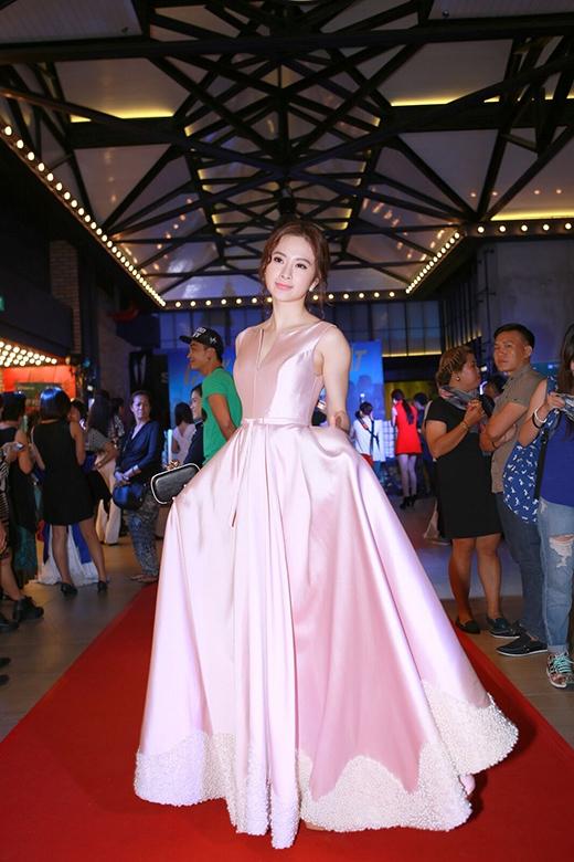 Angela Phương Trinh xuất hiện lộng vẫy với bộ đầm hồng pastel nữ tính. - Tin sao Viet - Tin tuc sao Viet - Scandal sao Viet - Tin tuc cua Sao - Tin cua Sao