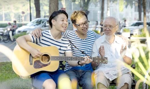 Giao lưu ca hát ở công viên cùng mọi người.