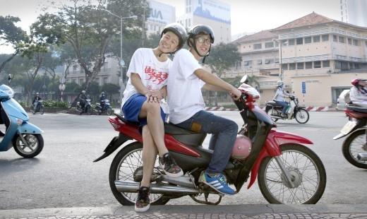 Đi dạo phố bằng xe máy.