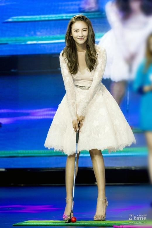 Kwon Sang Woo bị chỉ trích vì sàm sỡ bản sao Song Hye Kyo