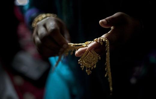 Sau đó, những trang sức bằng vàng sẽ được đem ra để đeo lên cho cô dâu thêm phần lộng lẫy.