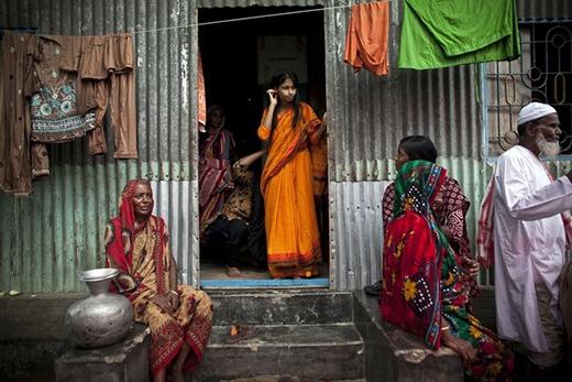 Cô dâu Nasoin Akhter đứng bần thần ở cửa nhà hàng xóm, chờ đợi ngày cưới của mình diễn ra.