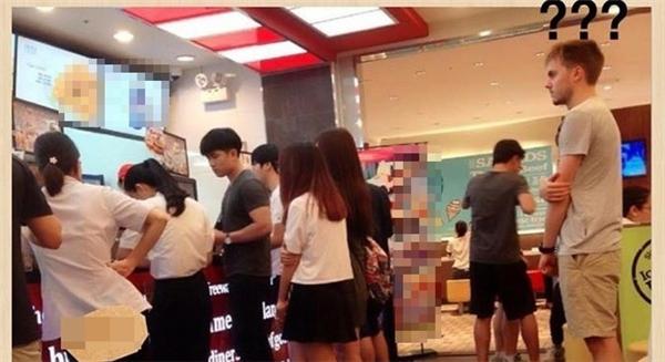 Anh chàng ngoại quốc đang hoang mang và e dè khi nhiều bạn trẻ người Việt không xếp hàng mua đồ.