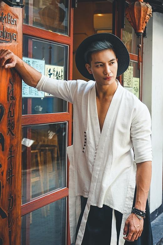 Chiếc áo lấy phom từ kimono truyền thống của người Nhật Bản sẽ là một nét chấm phá đặc biệt dành cho các chàng trai trong mùa Thu - Đông năm nay.