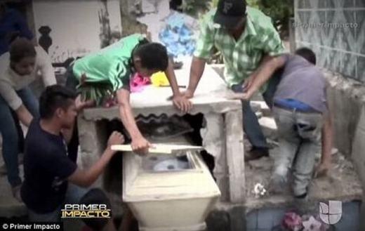 Rùng rợn cô gái mang thai sống lại sau một ngày nằm dưới mộ