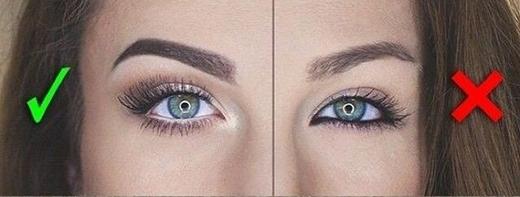 6. Khi kẻ viền mắt (eyeliner), bạn cần nhớ nguyên tắc đơn giản là: Chỉ dùng chì đen cho viền mắt trên và chì trắng cho viền dưới. Nguyên tắc này sẽ giúp đôi mắt long lanh và trông tròn hơn hẳn. Chú ý là khi dùng chì trắng cho viền mắt dưới, bạn cần kẻ vào viền mắt bên trong.