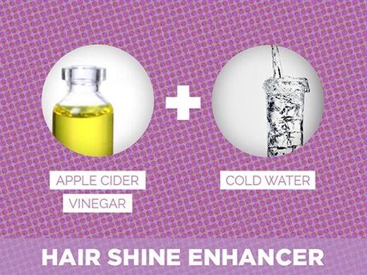 14. Muốn tóc bóng mượt hãy gội đầu bằng dung dịch có dấm táo và nước pha theo tỷ lệ 1:2. Lưu ý, chỉ áp dụng 1 lần/tuần.