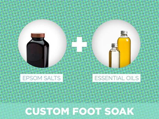 16. Muối epsom và tinh dầu tùy chọn là bộ đôi tẩy tế bào chết cho chân và toàn thân rất hiệu quả. Muối epsom giúp đánh bay tế bào không còn hoạt động trên da, còn tinh dầu tạo cảm giác sảng khoái, thư giãn cho cơ thể.