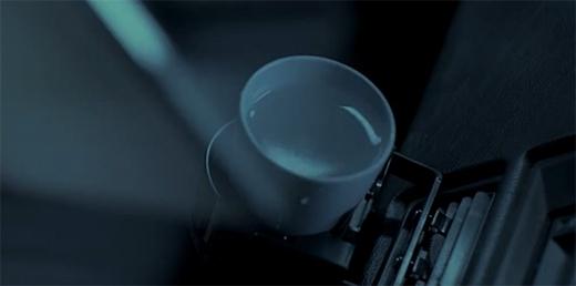 """Bằng chứng là chiếc cốc đựng đầy nước vẫn không bị đổ 1 giọt dù Thác Hải đang """"phóng"""" với tốc độ tên lửa."""