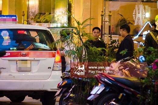 Sau đó cô cùng Trường Giang lên taxi đến địa điểm ra mắt phim ở Hà Nội. - Tin sao Viet - Tin tuc sao Viet - Scandal sao Viet - Tin tuc cua Sao - Tin cua Sao