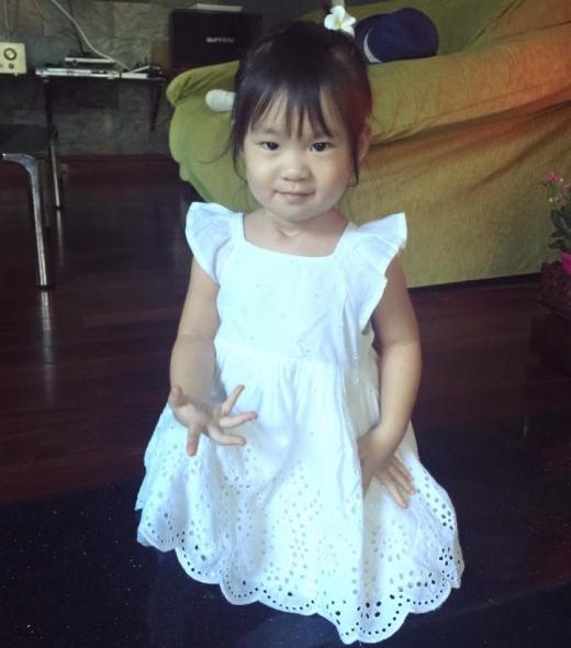 Cherry (2 tuổi) được mẹ diện bộ váy màu trắng trông rất xinh xắn. - Tin sao Viet - Tin tuc sao Viet - Scandal sao Viet - Tin tuc cua Sao - Tin cua Sao