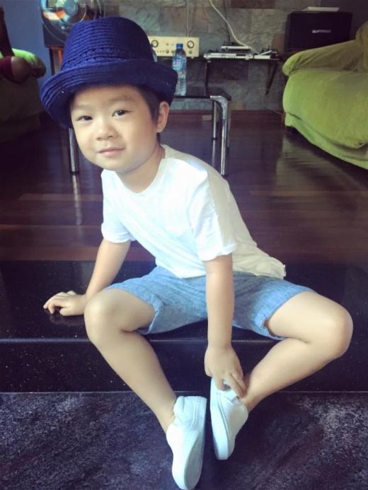 Anh cả Rio dù mới 4 tuổi nhưng đã rất ra dáng một fashionista nhí. Minh Hà luôn rất quan tâm đến trang phục cho các con. - Tin sao Viet - Tin tuc sao Viet - Scandal sao Viet - Tin tuc cua Sao - Tin cua Sao