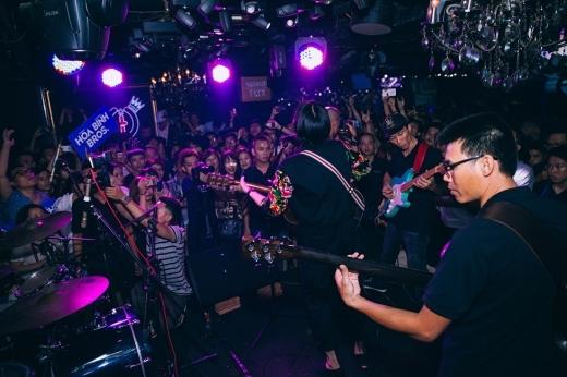 Rất đông các bạn trẻ đã đến xem buổi diễn này của band nhạcHòa Bình Bros. - Tin sao Viet - Tin tuc sao Viet - Scandal sao Viet - Tin tuc cua Sao - Tin cua Sao