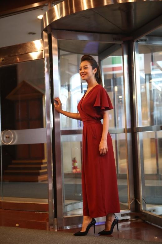Cô diện một bộ váy dài màu đỏ đơn giản mà sang trọng. - Tin sao Viet - Tin tuc sao Viet - Scandal sao Viet - Tin tuc cua Sao - Tin cua Sao